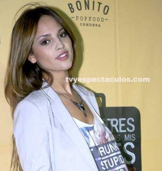 Podría Eiza González cantar tema de Amores Verdaderos
