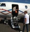 Ninel Conde en avión privado con su esposo