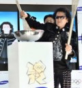 Alex Lora con la Antorcha Olímpica