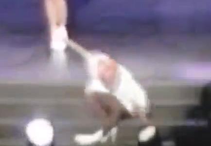Lady Gaga sufre caída en el escenario del Foro Sol