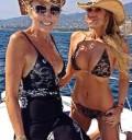 Laura Bozo con su hija en bikini