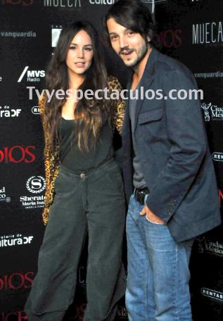 Diego Luna y Camila Sodi en alfombra roja