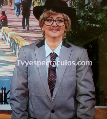 Andrea Legarreta paga apuesta y se viste de hombre