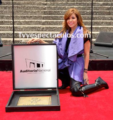 Gloria Trevi develó su placa en el Paseo de las Luminarias en el Auditorio Nacional