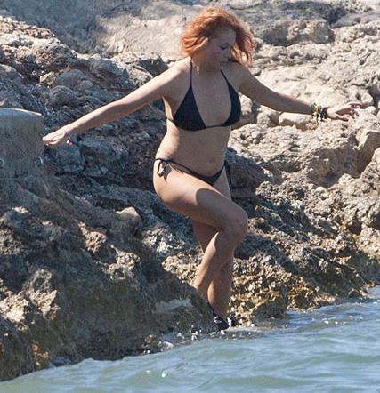 Paulina Rubio se sigue mostrando en bikini con kilos de más