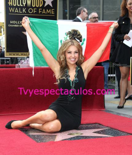 Thalía con bandera mexicana