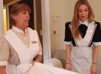 Thalia como camarera