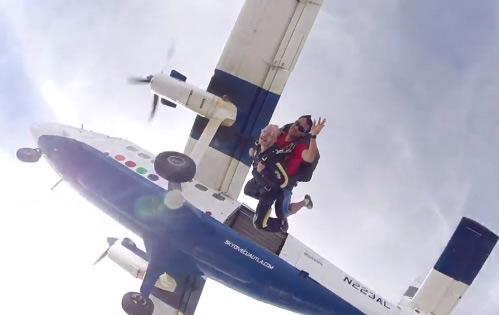 Facundo convence a sus empleadas domésticas de aventarse en paracaídas