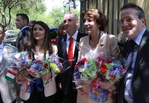 Salma Hayek visita niños en el IMSS