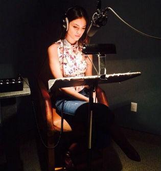 Eiza González en estudio de grabación