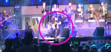 Lupita D´alessio sufre caída sobre el escenario