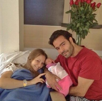 Pablo Montero con su hija y esposa
