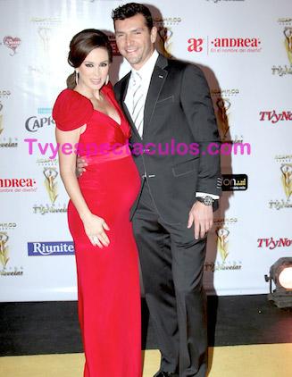 Jacqueline Bracamontes y su esposo