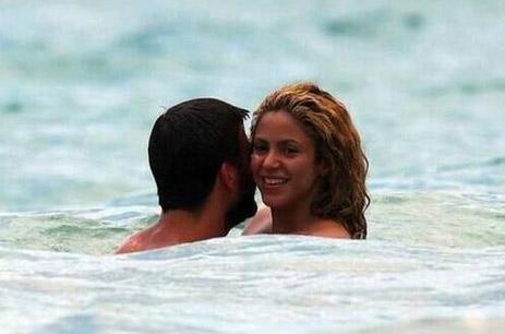 Shakira y Piqué en la playa