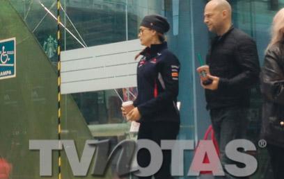 Tanya Vázquez saliendo de hospital
