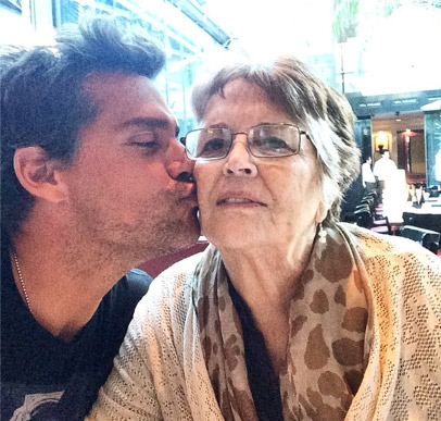 Cristian de la Fuente con su mamá