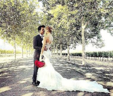 Luis Fonsi y su esposa en su boda