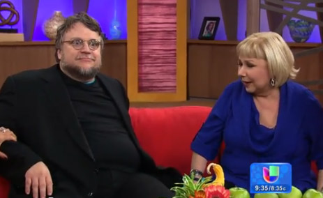 Se rompe sillón de Guillermo del Toro en pleno programa de televisión