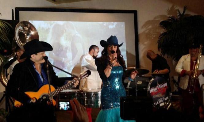 Lucía Méndez cantando banda