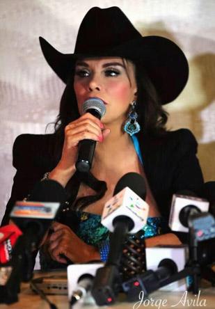 Lucía Méndez canta con banda Te vas o te quedas