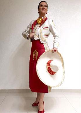 Laura Pausini vestida de charro