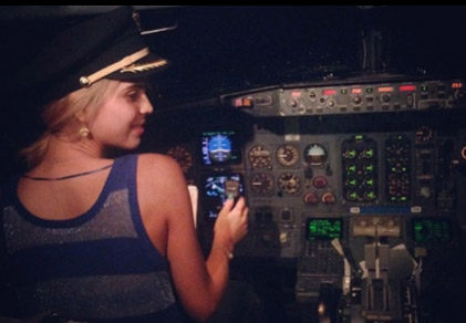 Esmeralda Ugalde piloteando avion