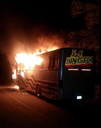 Autobus de La Dinastia en llamas