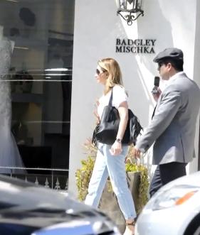 Captan a Angélica Rivera de compras con sus hijas en Beverly Hills