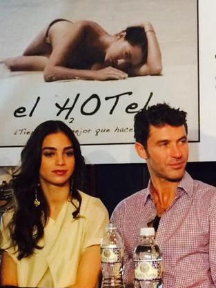 Melissa Barrera y Leonardo García protagonistas de El Hotel