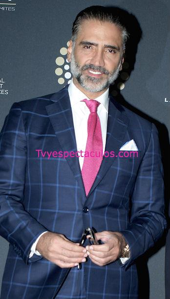 Alejandro Fernández con traje y corbata rosa