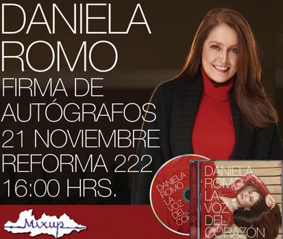 Daniela Romo en firma de autógrafos