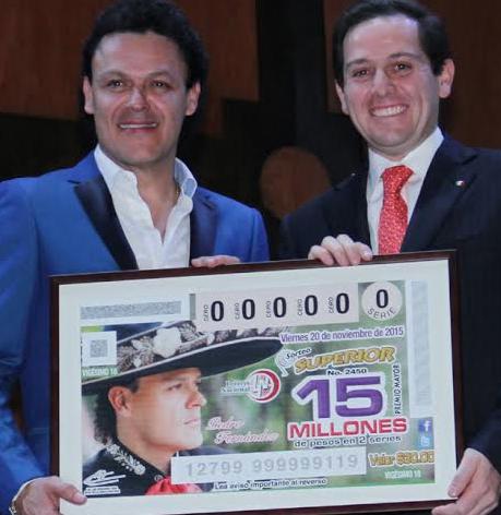 Pedro Fernández con su billete de loteria