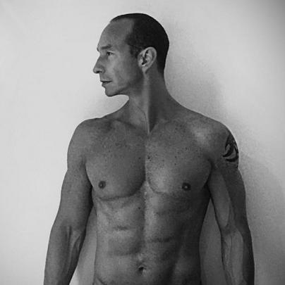 Erik Rubin con cuerpo marcado