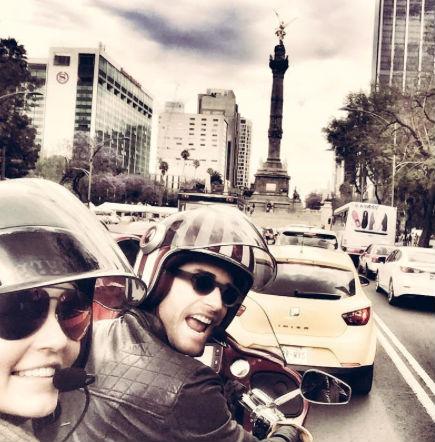 Sebastian Rulli y Angelique Boyer en moto