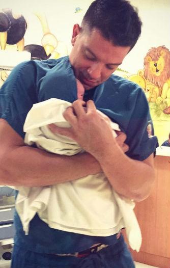 Yahir con su hijo