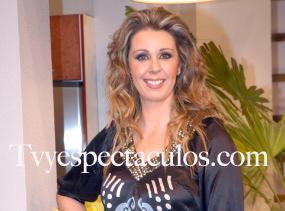 Atala Sarmiento posando con vestido en seda estampada